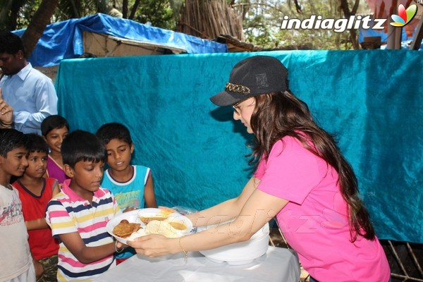 Amisha Patel Feeding Poor People Home Cooked Food Outside