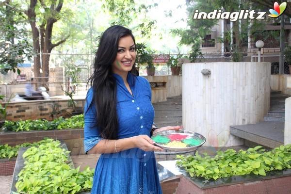 Maryam Zakaria Celebrates Holi With Media