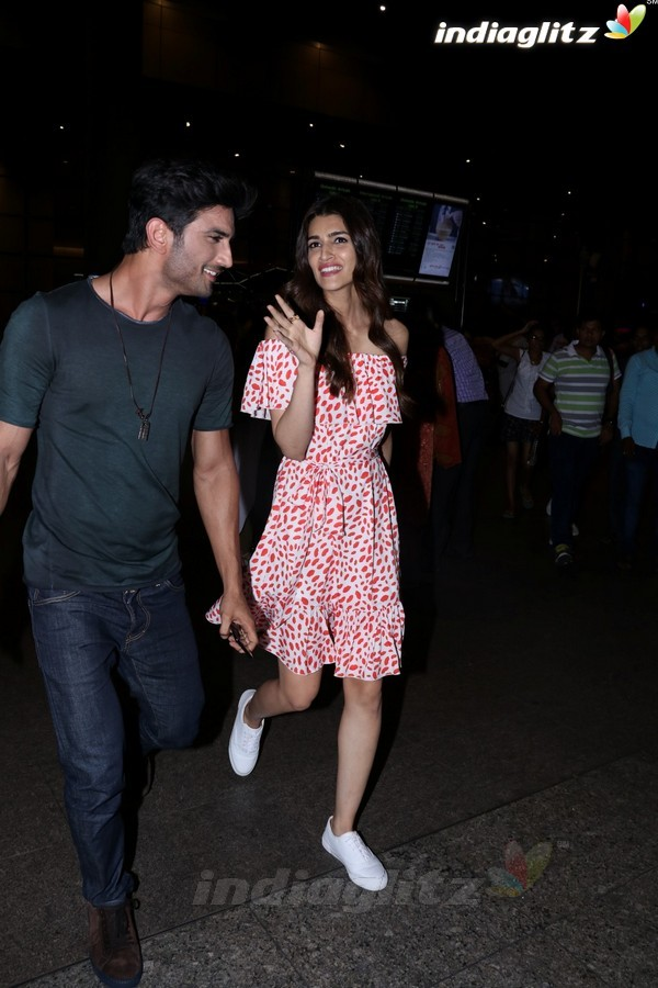 Sushant Singh Rajput & Kriti Sanon Spotted at Airport
