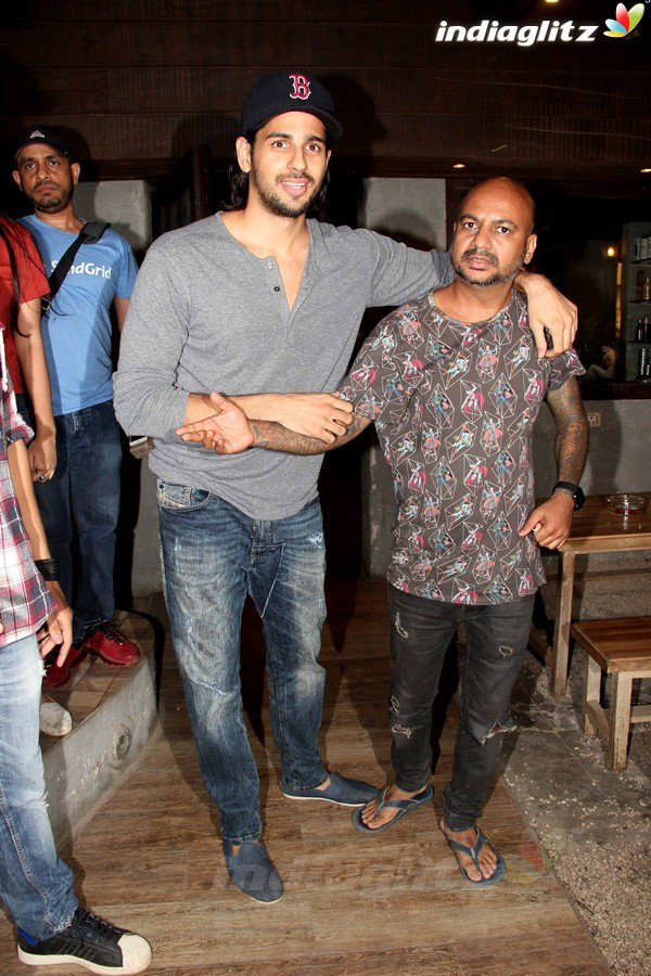 sidharth malhotra spotted at aalim hakim 39 s salon mumbai