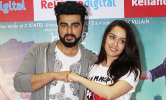 Shraddha Kapoor & Arjun Kapoor Promote 'Half Girlfriend' at Reliance Digital Store