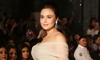 LFW W/F'17: Preity Zinta dazzles on the runway for Shane and Falguni Peacock