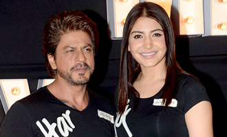 Shah Rukh even can romance a microphone, says Anushka