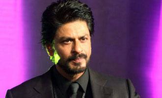 SRK gives medical aid to injured shutterbug