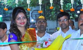 Rachita Ram at Saree show room, Kachipuram silks branch