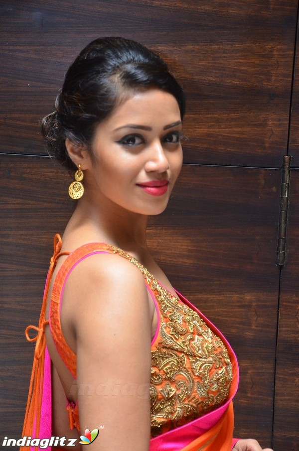 nivetha pethuraj   tamil actress gallery   indiaglitz tamil