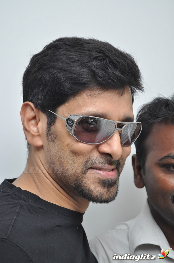 Events vikram and varalakshmi at body studio launch movie trailer vikram and varalakshmi at body studio launch thecheapjerseys Gallery