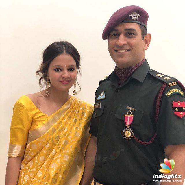 Dhoni Receiving Padma Bhooshan Award