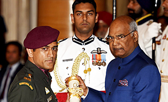 Dhoni Receiving Padma Bhooshan Award