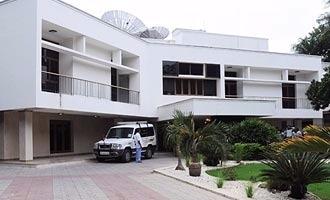 Taxmen raid Jayalalithaa's Poes Garden residence