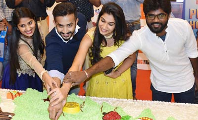 'Idi Maa Prema Katha' Team Unveils The Largest Cake in Hyd @ Big Bazaar