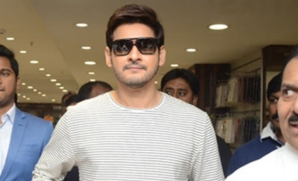 Mahesh Babu inaugurates mall, mild stampede reported