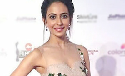 Rakul Preet sizzles at Filmfare event