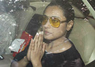 Rani Mukerji immerses father's ashes