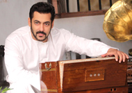 Salman recreates Kishore Kumar's 'Padosan' look