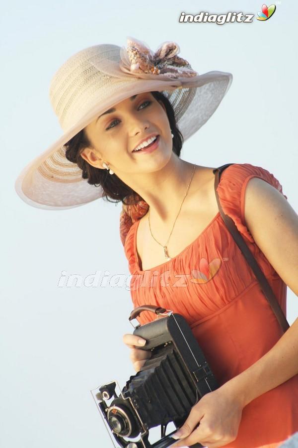 Madrasapattinam Photos - Tamil Movies photos, images ...